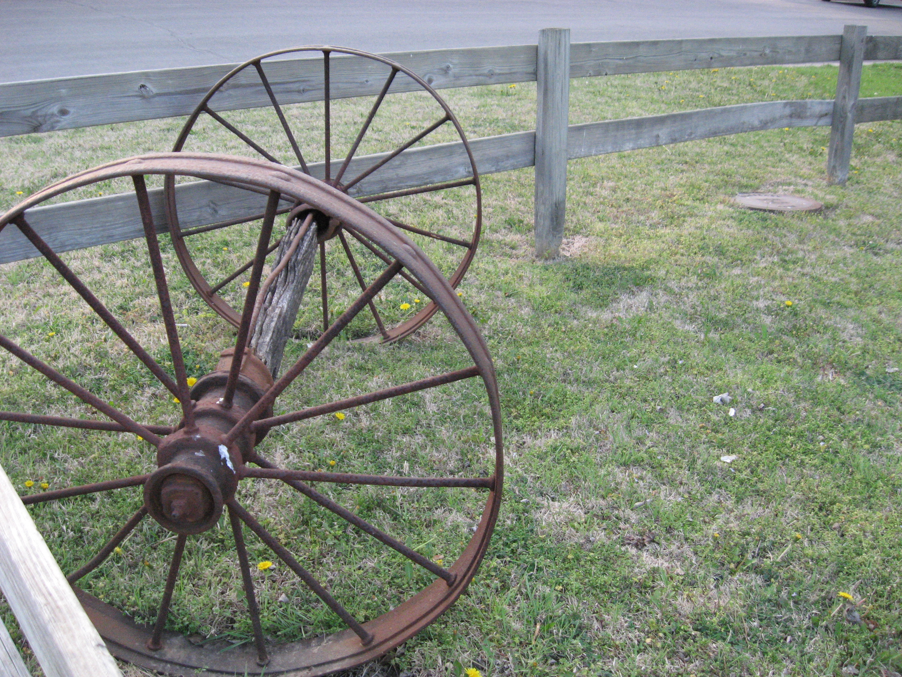 Make wagon wheel rugs from rags discovering mom for Things to do with old wagon wheels